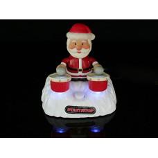Дед Мороз, играющий на барабанах под музыку, питан